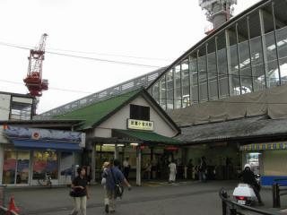 武蔵小金井駅旧駅舎と建設中の高架橋
