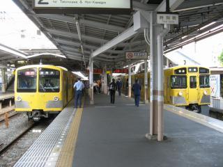 西武といえば「黄色い電車」を思い浮かべる方も多いはず。左の301系は今月初めのイベントを最後に池袋線・新宿線系統から引退した。