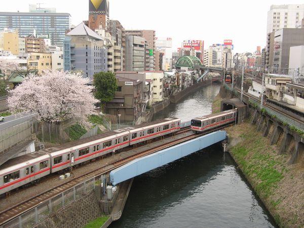 御茶ノ水駅付近で神田川を渡る丸ノ内線。