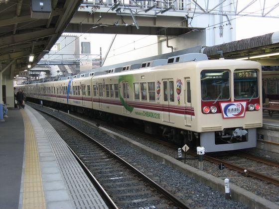 京成千葉線直通開始記念ラッピングが施された新京成8000形。