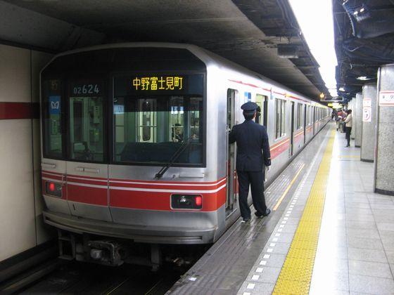 中野検車区の入出庫を兼ねて設定されている丸ノ内線本線と分岐線の直通電車。