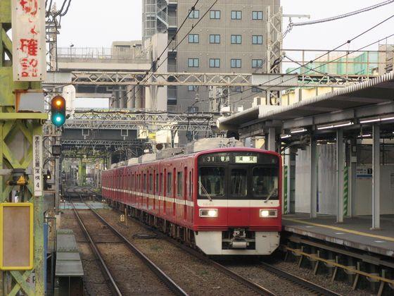 地上時代の京急蒲田駅。背後では直接高架工法により高架橋を建設中。