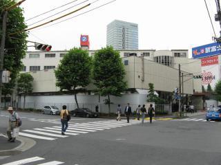 交通博物館閉館直後の同じ場所。右背後に見えるビルの形から辛うじて同じ場所であることが伺える。