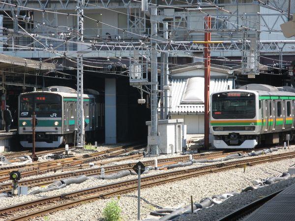 新宿駅を発車する湘南新宿ラインE231系と停車中の埼京線205系。