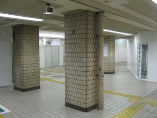 閉鎖された7~10番線ホーム下(改札外)の店舗。