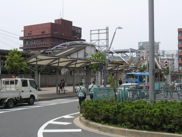 西口駅前ロータリーから見た千葉駅西口の橋上駅舎。アーチ型の屋根は2年前の改修工事で新設されたもの。