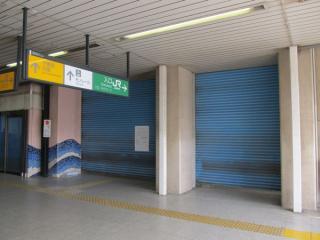 シャッターが閉じた京葉線千葉みなと駅