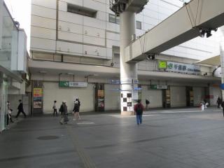 シャッターが全て閉じたJR千葉駅東口