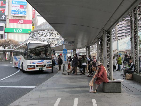 羽田空港行きリムジンバスに並ぶ人々