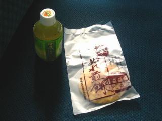 銚子電鉄の危機を救った「ぬれ煎餅」。1日乗車券「弧廻手形」を購入すると犬吠駅で無料で1枚貰うことができる。