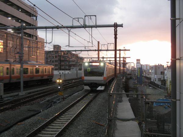夕刻の武蔵小金井駅に滑り込むE233系快速東京行き。