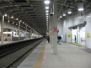 武蔵境駅の上りホーム。駅舎へ通じる通路はまだ仮設。