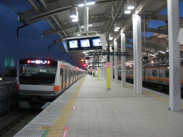 東小金井駅の上りホーム。左の上り本線脇の風防はまだ未完成。