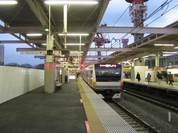 武蔵小金井駅の上りホーム。左の4番線はまだ高架橋が未完成であるため仮囲いで覆われている。