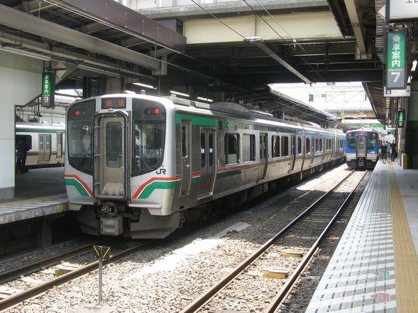 仙台駅で並ぶE721系とSAT721系