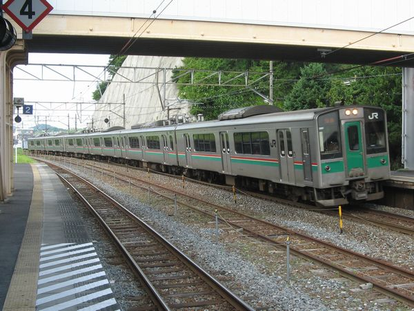 松島駅に入線する701系1000番台。2両編成を3本連結した6両編成。