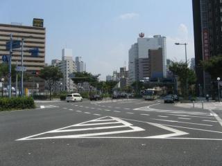 福島四丁目交差点から新福島駅方向を見る。