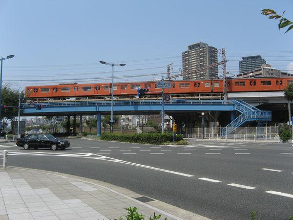 国道2号線の上を斜めに横断する大阪環状線。