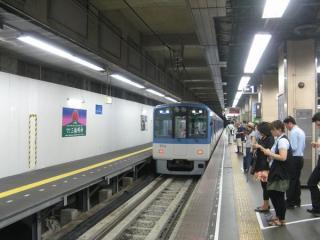 阪神梅田方面ホーム(1番線)。左の降車専用ホームは今後撤去される。