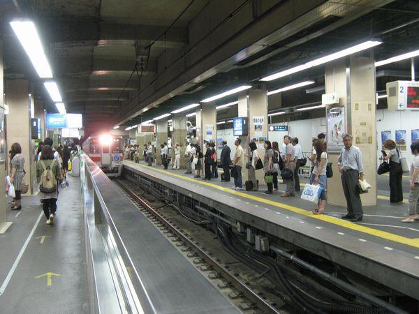 阪神三ノ宮駅2番線に入線する山陽電鉄5000系。今後この線路は行き止まりの折り返し線となる。