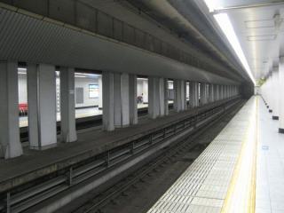 現在の春日野道駅。中央の中柱の周囲にある細い台のような部分が旧ホーム。