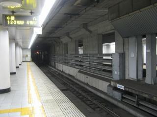 トンネルを丸ごと改築した阪神梅田方の旧ホームの階段跡。