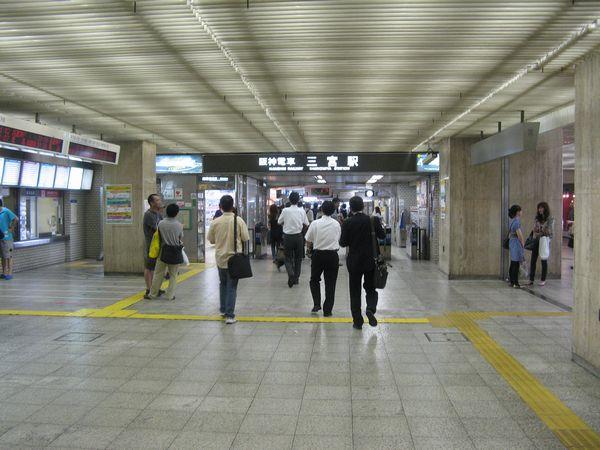 現在の三宮駅西改札口。