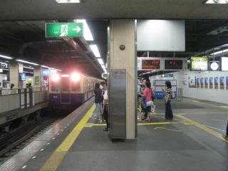 改札口へ向かう階段の前から見た高速神戸方面ホーム(2番線)と折り返しホーム(3番線)。