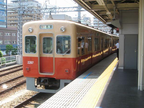 尼崎駅に停車中の2000系