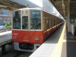 尼崎駅に停車中の8000系(オリジナル車)