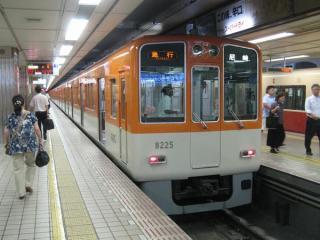 阪神梅田駅に停車中の8000系(更新車)