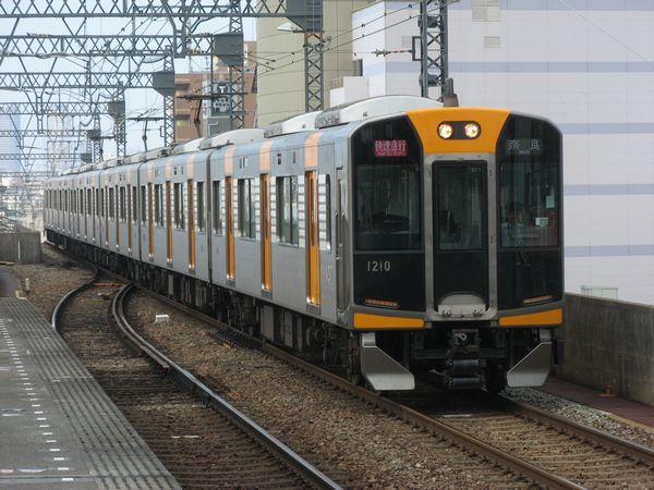 近鉄奈良線布施駅を通過する1000系