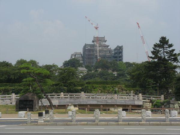 姫路城前交差点から修理工事中の大天守を見る