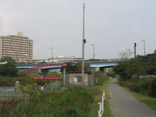 花見川上空を跨ぐ天戸大橋。手前のスピーカーは印旛沼の放流を警告するもの。