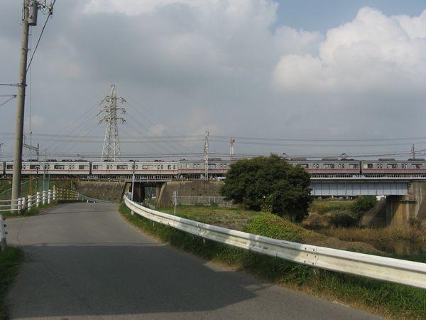 京成本線と交差するとそこから先は八千代市
