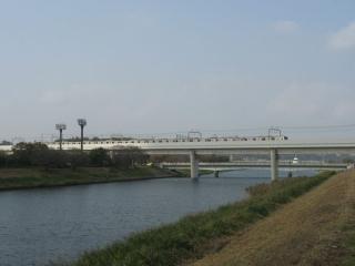 東葉高速鉄道と交差。高架上を走るのは直通先の東京メトロ05系電車