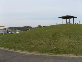 双子公園。写真左端にナウマン象の石像がある。(この石像が設置された理由は後述。)