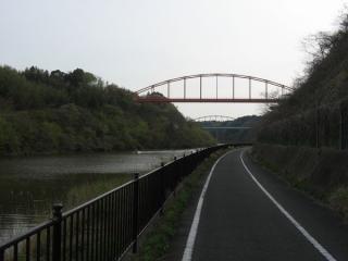 深い渓谷の中を進む印旛捷水路と印旛沼サイクリングロード