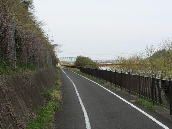 渓谷を抜けると印旛沼の北部調整池。奥に見えるトラス橋橋(成田スカイアクセス印旛捷水路橋梁)が今回の旅のもう1つの目的地だ。