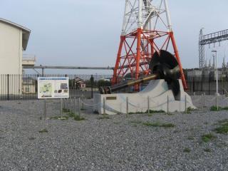 印旛排水機場の建屋(左)と2008(平成20)年まで使用されていたポンプのインペラ(羽根車)