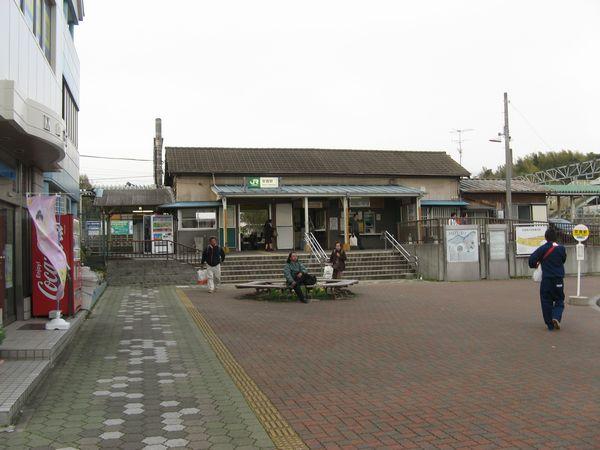 JR成田線安食駅。昔ながらの木造駅舎である。