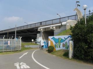 美浜大橋の下をくぐるとそこから先は花見川