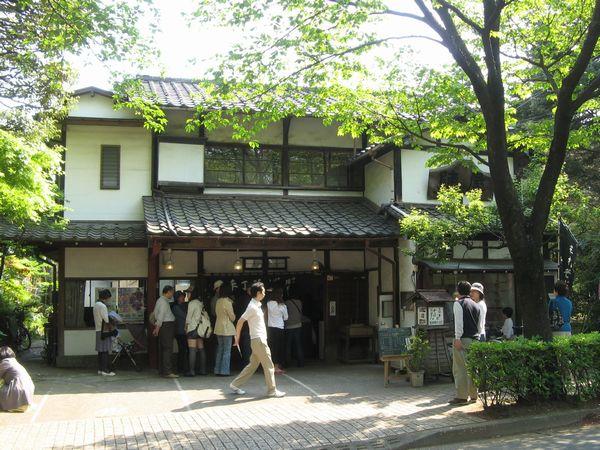 今回昼食で入った「陣屋」。14時過ぎの撮影だがご覧の通り入口はまだ混雑していた。