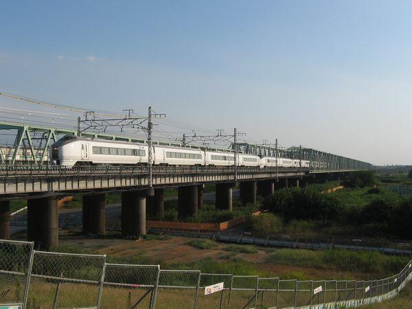 常磐線利根川橋梁を渡る651系「ひたち」。20年以上に渡りこの橋梁を行き来してきた同車も先日ついに置き換えが発表された。