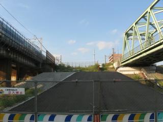 前回訪問時の取手側の新橋梁予定地の堤防。特に何も作業は行われていなかった。
