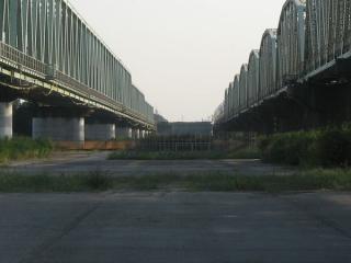 対岸にはすでに橋脚が完成していた。
