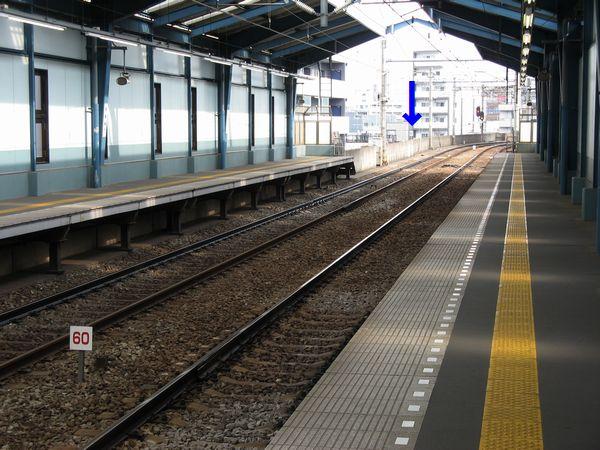 青物横丁駅の先にある制限速度60km/hのカーブ。手前にC-ATSでの減速地点を示す標識が設置されている。