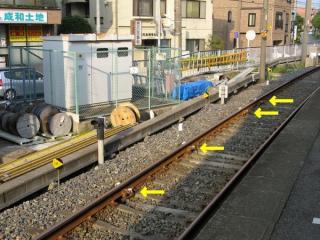 新京成線京成津田沼駅6番線のエンドレール手前に設置されている車輪検知子。横に添えられている標識に照査速度が書かれている。