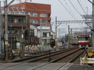 同じ地点の2009年5月4日の状況。下り線の脇で仮線の敷設が進行中。