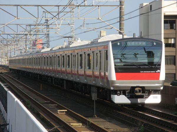 千葉みなと駅に進入する京葉線E233系5000番台